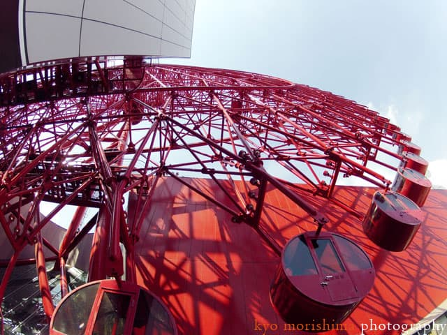 Looking up at the HEP5 ferris wheel in Osaka, photographed by Kyo Morishima