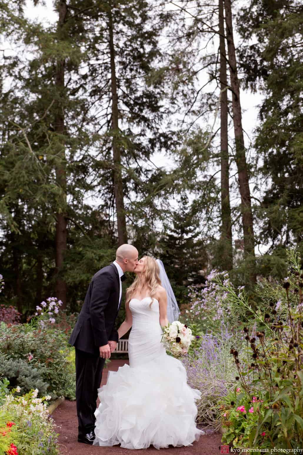 Prospect Gardens wedding portrait photo kiss