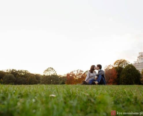 Prospect park engagement picture: couple kissing on the great lawn photographed by Kyo Morishima